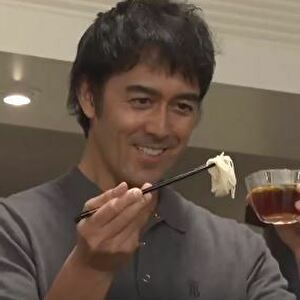 【ドラマ・まだ結婚できない男/1話】阿部寛/着用衣装(半袖ポロシャツ)の画像