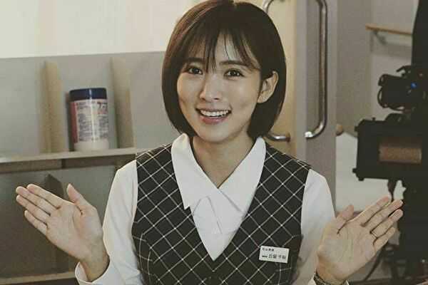 リカ/夏菜(金沢千秋役)のドラマ衣装!バッグやピアスの通販は?